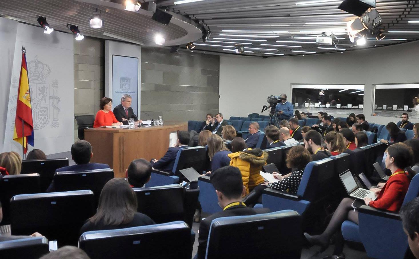 Comparecencia de la vicepesidenta Soraya Sáenz de Santamaría tras presentar el recurso contra la investidura de Carles Puigdemont. FOTO: Joseppe Carre. Consejo de Minitros